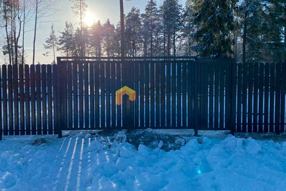 Монтаж деревянного штакетника и распашных ворот в Приветнинском